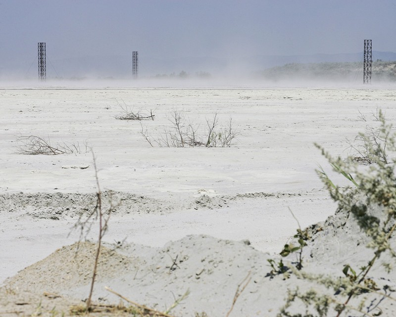 La fumée résultant du traitement du minerai de cuivre se dispersent envahit près de 130 hectares près de Moldova Nouă, Caraș-Severin, par Marin Raica