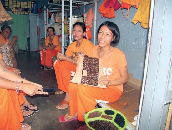 """Le detenute sono disciplinate e sottomesse. Per questo non solo cuciono le uniformi della prigione, ma portano anche avanti """"progetti di sostentamento"""", come la produzione di borsette di paillettes."""