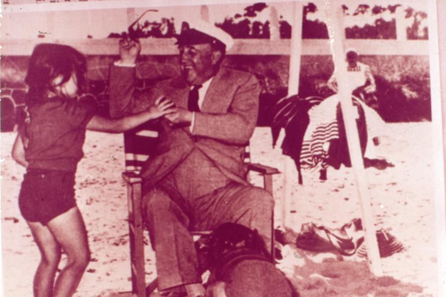 El abuelo feliz sabe encontrar un paréntesis dentro de su intensa actividad publica del verano 1955 para disfrutar con los juegos de sus nietos
