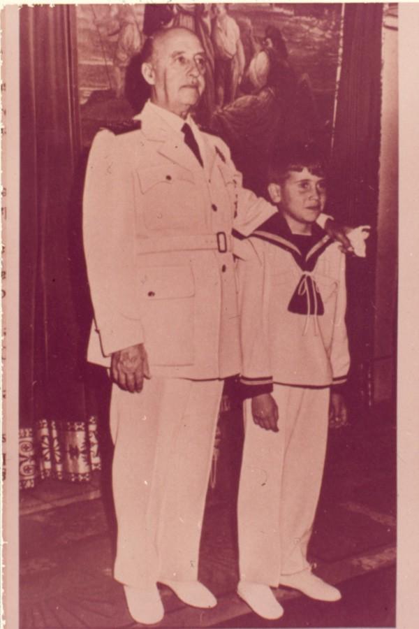 Franco acompaña a su nieto Francisco el dia de su primera comunión