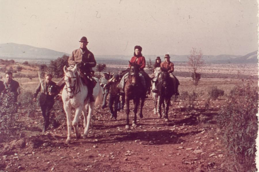 Franco a caballo de caza por el llano manchego