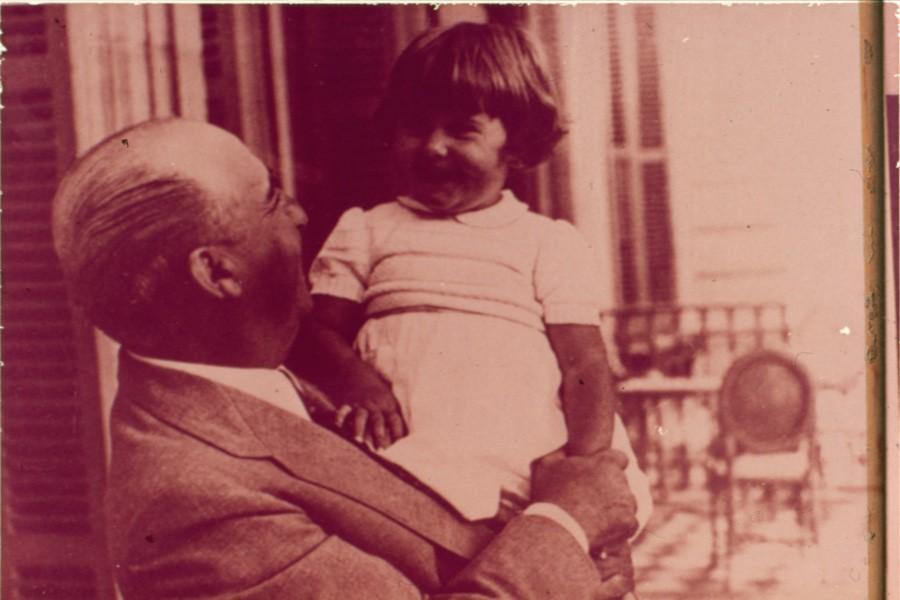 Las fotografias revelan mejor que alambicadas descripciones los Sentimientos hogareños de Franco. En esta fotografia, en el verano de 1952 con su primera nieta Maria del Carmen