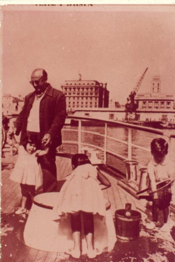 Franco, en el Verano de 1958 a bordo del Azor, fondeado en La Coruña, se distrae con sus nietos