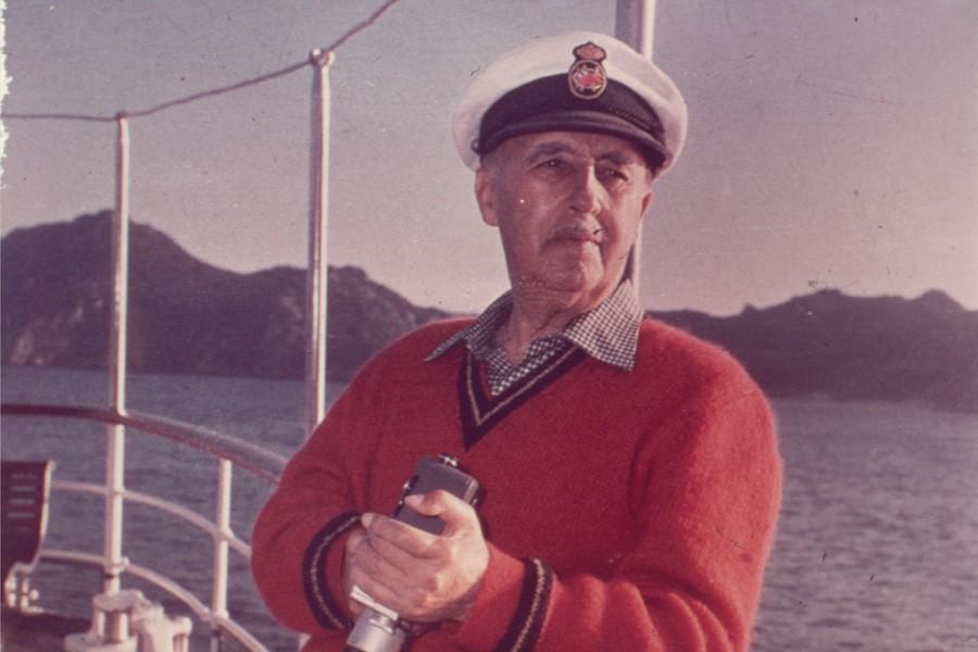 Franco a bordo del yate Azor con la camara tomavistas
