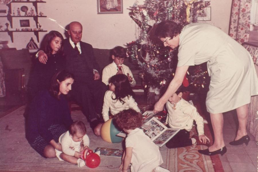 Franco en familia en torno al arbol de navidad