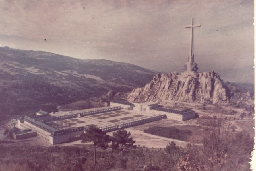 El valle de los caidos el sueño monumental de Franco inaugurado en 1959 Alli reposa desde el 23 de noviembre de 1975 (Se cumple así su ultimo deseo ser enterrado en el monumento que el creó)