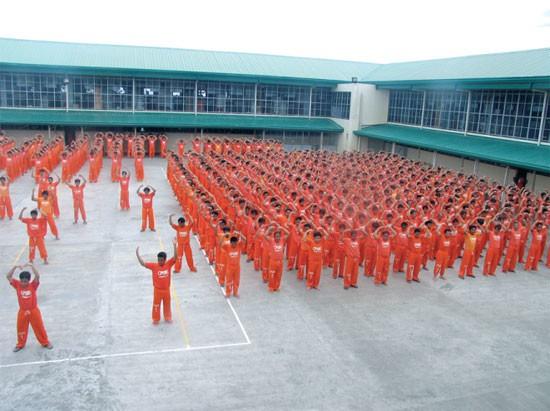 """Quando non stanno a oziare nelle celle, i prigionieri fanno ginnastica di gruppo nel cortile. Tutti e 900 insieme. Garcia gli ha fatto ballare """"YMCA"""" per il mio divertimento."""
