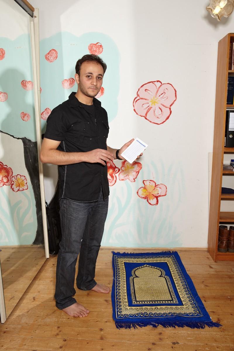 Ahmed zeigt uns seinen Kalender, in dem die genauen Bet-Zeiten eingetragen sind. Der Teppich ist Richtung Mekka ausgerichtet und gebetet wird natürlich barfuß.