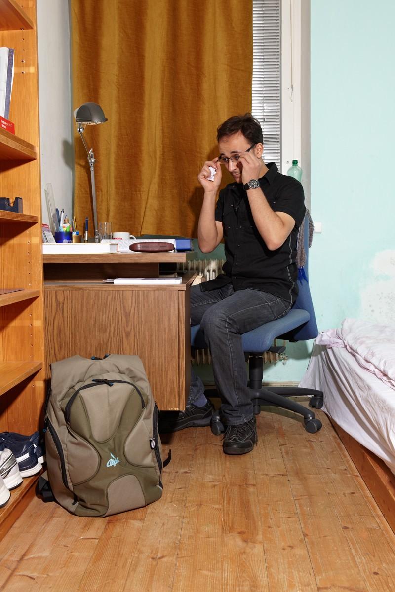 Ahmeds Zimmer ist klein, ein Bett, ein Schreibtisch und ein kleiner Schrank sind alles, was hier Platz hat.