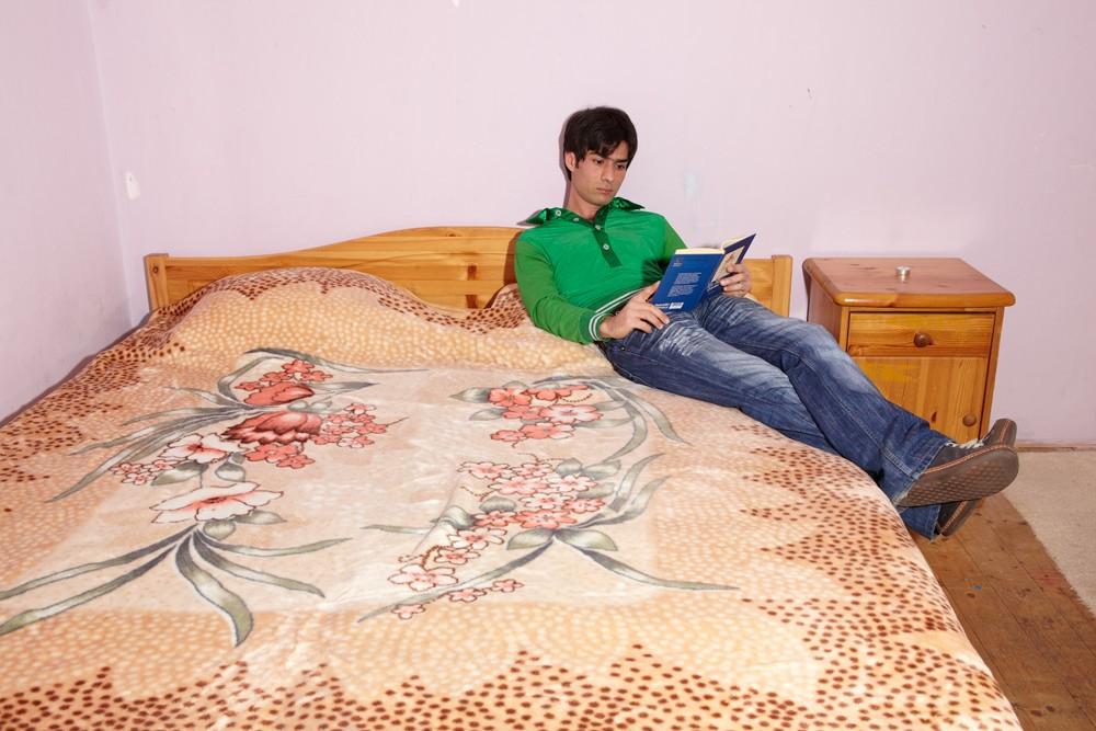 """""""Ich bin selbst ein Philosoph"""", sagt Mohamad und liest Konfuzius im Bett."""