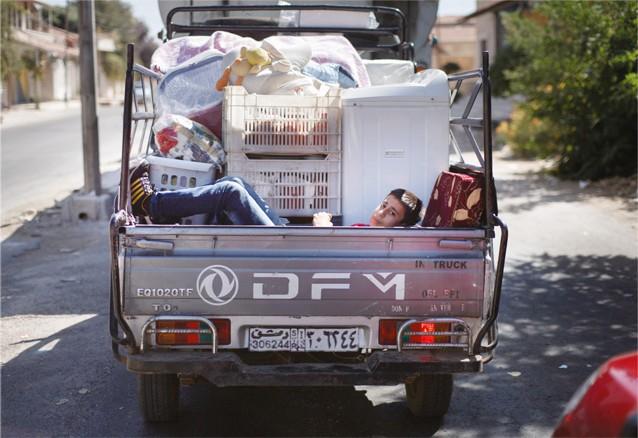 Une famille sur le point de déménager. Lorsqu'ils ont quitté Zabadani, la ville était sous les bombardements, mais la famille a prétendu partir du fait d'un récent mariage.