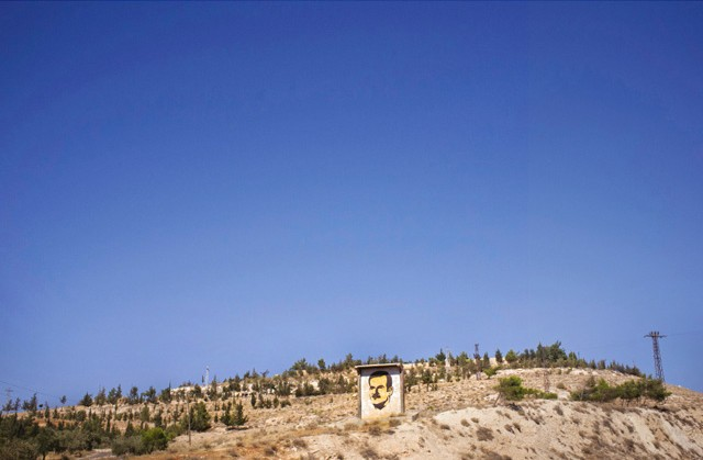 Une peinture du père de Bachar al-Assad, Hafez, sur une colline en bordure de Damas.