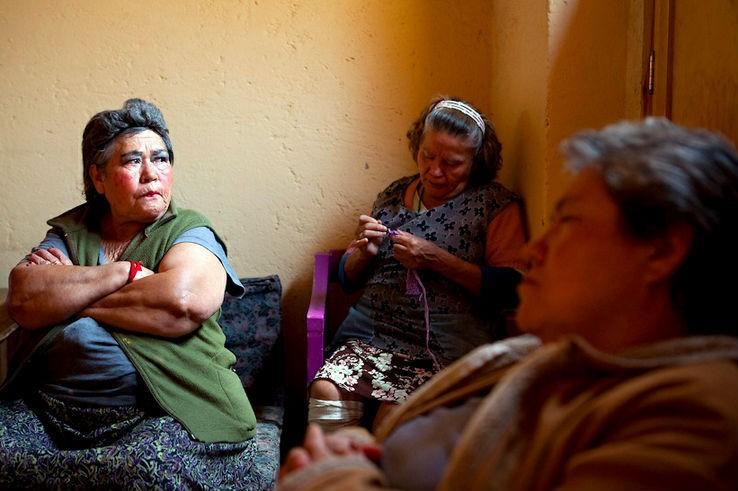 Las residentes asisten a una junta semanal para tratar cualquier problema que pueda haber en la casa.
