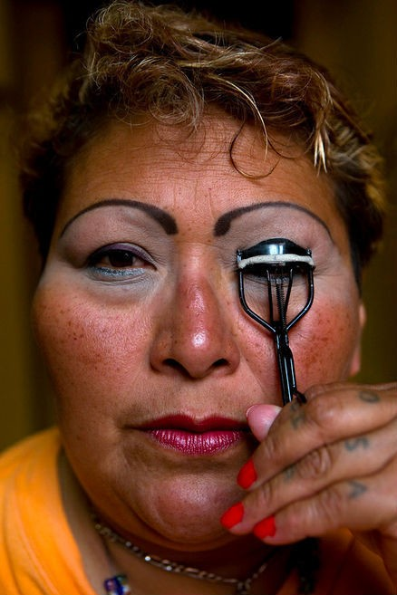 Paola se maquilla.
