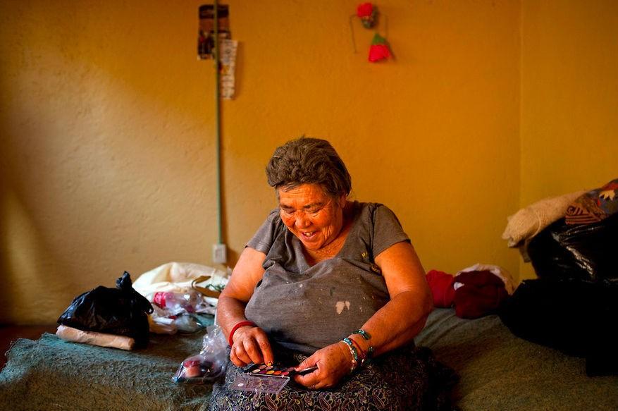 Raquel López Moreno, una sexoservidora que vive en Casa Xochiquetzal se maquilla antes de salir a trabajar a las calles de La Merced.