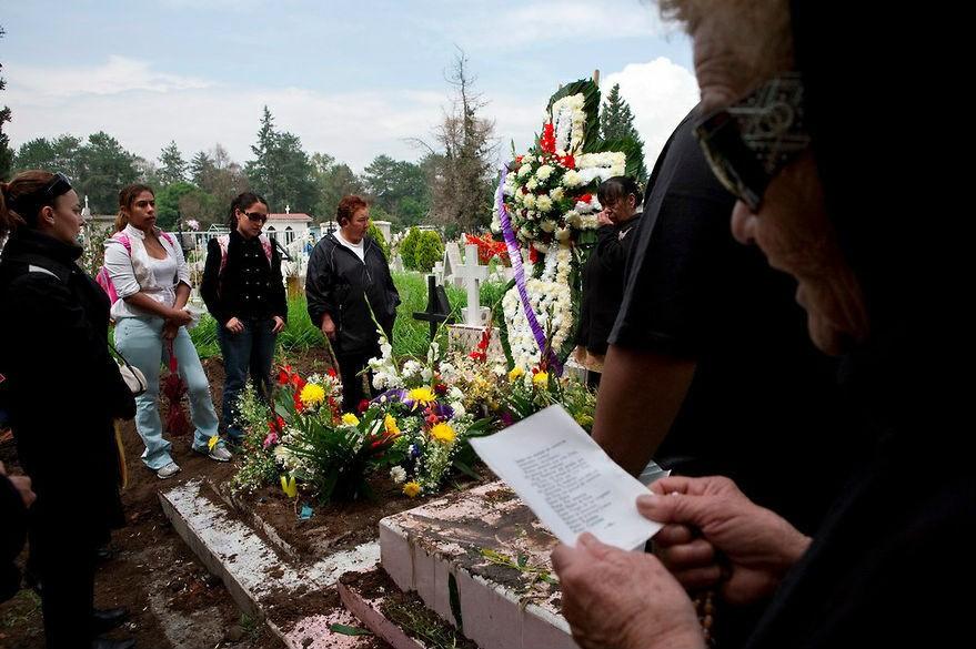 Las mujeres en el funeral de Delia, una de las residentes de la casa.