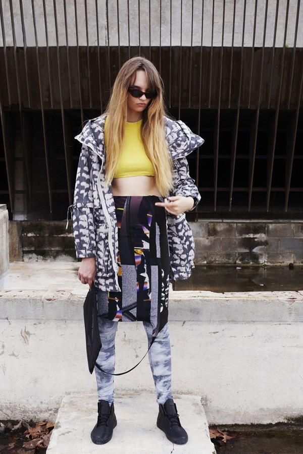 Asia lleva top de la estilista, chaqueta Adidas by Stella Mc Cartney, falda Nhu Duong, leggings Frav, zapatillas Vans OTW, gafas Vintage