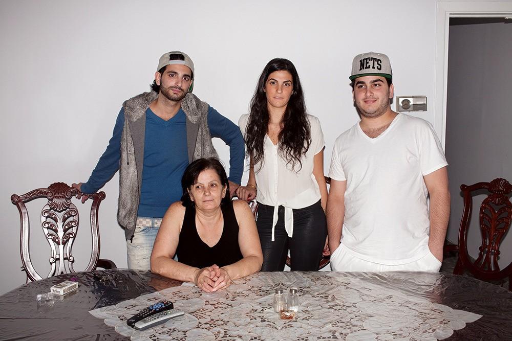 Jack, Mari, Linda et Etsik autour de leur table recouverte d'une toile cirée. «Dieu merci nous sommes ici, et pas là-bas», a confessé Mari à propos de la révolte syrienne.