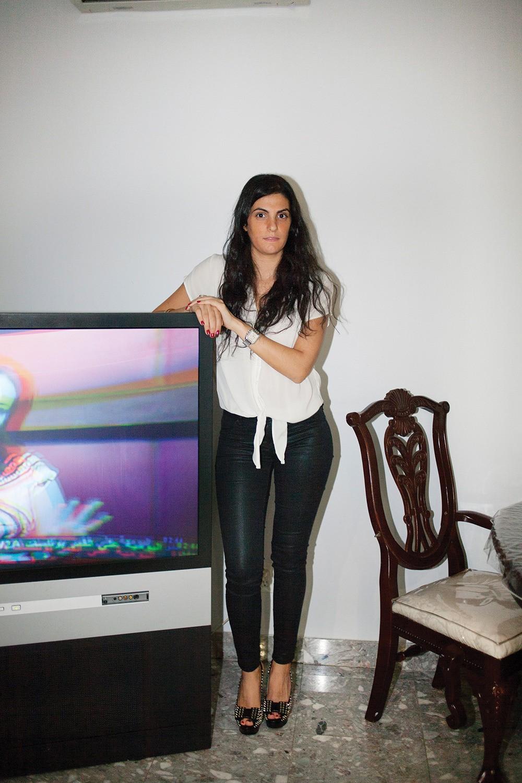 Linda pause à côté de la télévision familiale, qui a diffusé des programmes arabes tout au long du shooting.