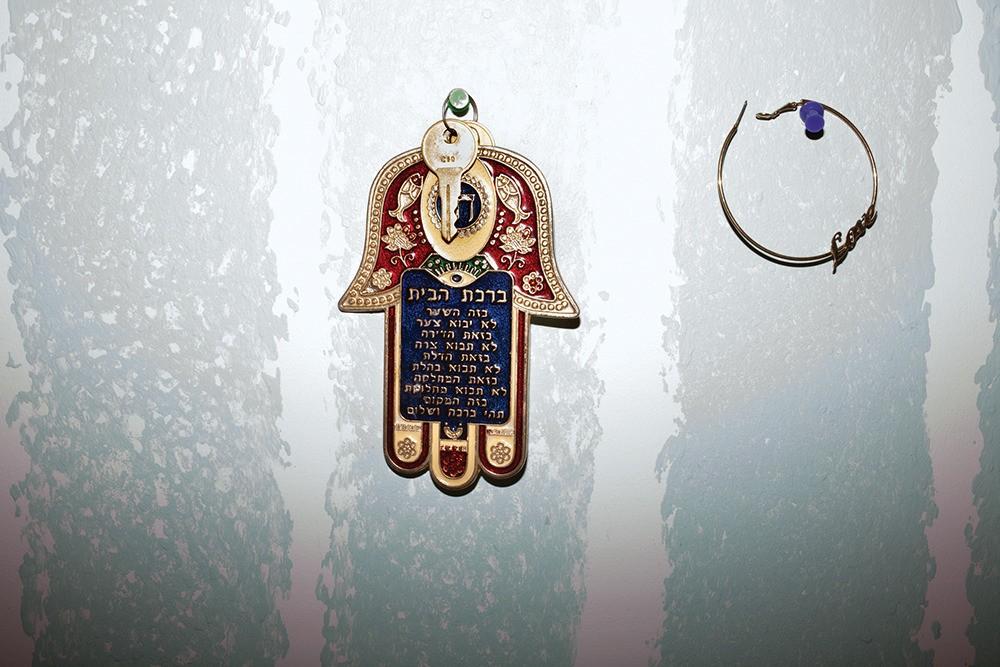 Un Hamsa, symbole utilisé pour se protéger du mauvais œil, est accroché sur le mur de la chambre de Jack.