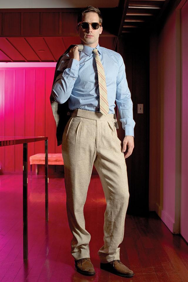 Hemd von Ralph Lauren Purple Label, Hose, Krawatte und Schuhe von Billy Reid, Jacket von Perry Ellis by Duckie Brown, Sonnenbrille von Illesteva
