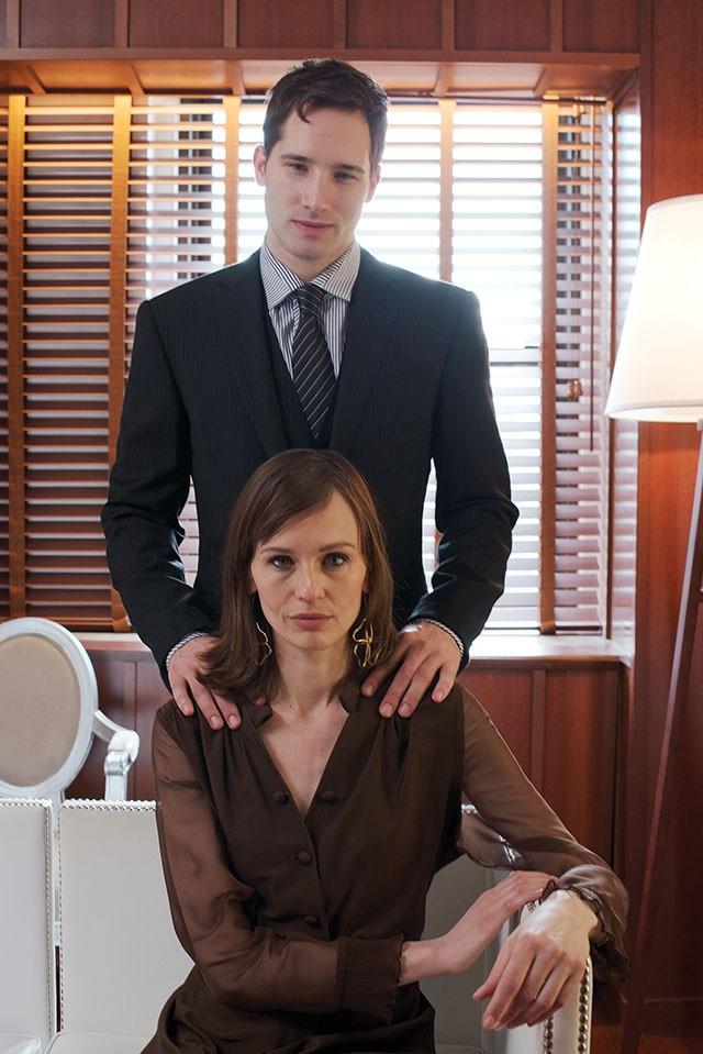Anzug und Krawatte von Ralph Lauren Purple Label, Hemd von Vivienne Westwood Man; Vintage-Kleid von Screaming Mimi's, Ohrringe von Tous