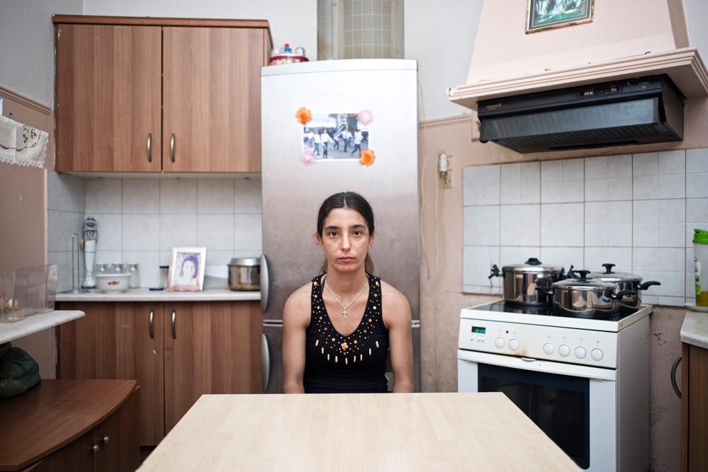 Stamatia è disoccupata, non ha l'assicurazione né accesso al sistema sanitario. Fa lavori saltuari e sopravvive grazie agli aiuti dei vicini. Anche il marito è disoccupato. Prima lavorava nell'edilizia, settore in crisi dal 2011.