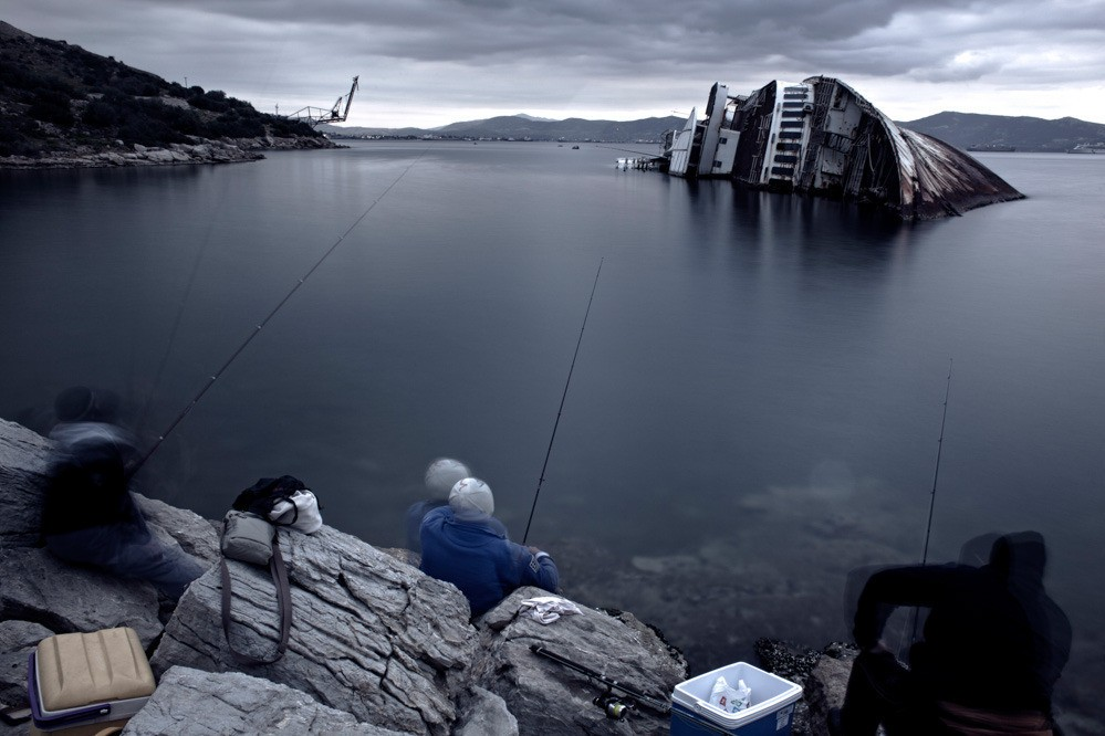 Unemployed shipyard workers spend their time fishing in the Thriasion area. It is not only the economic crisis that has led to reduced orders or repairs, but also the conscious and coordinated boycott of the Perama shipyard by ship owners who are trying to punish workers for their trade union activities.
