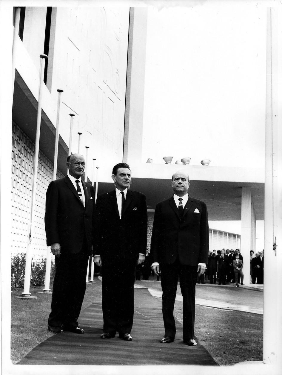 O Conrad Hilton με τον Παπαληγούρα και τον Ανδρεάδη στην είσοδο του ξενοδοχείου.