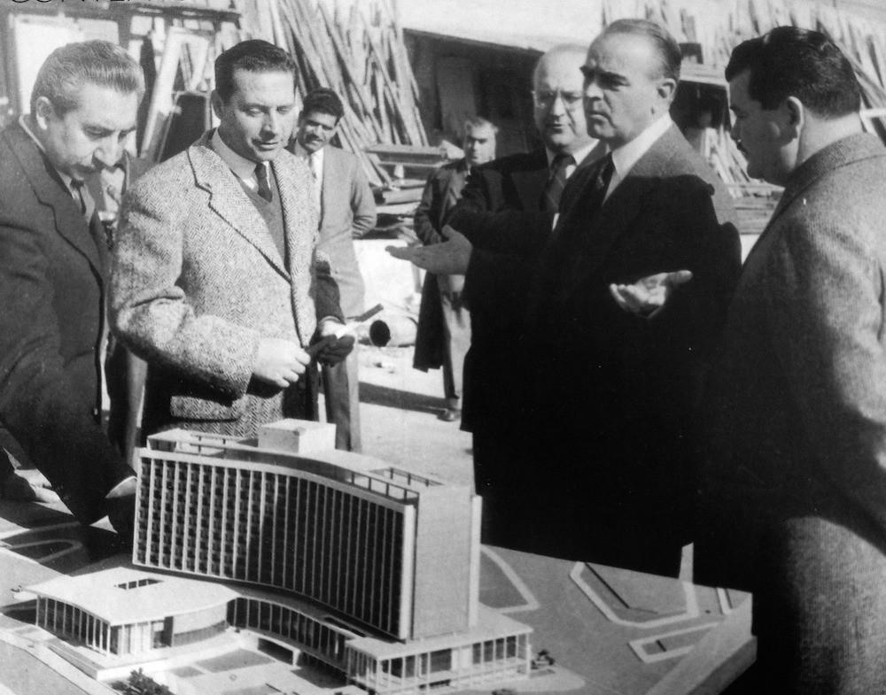 Ο Κωνσταντίνος Καραμανλής μπροστά από την μακέτα του Hilton.