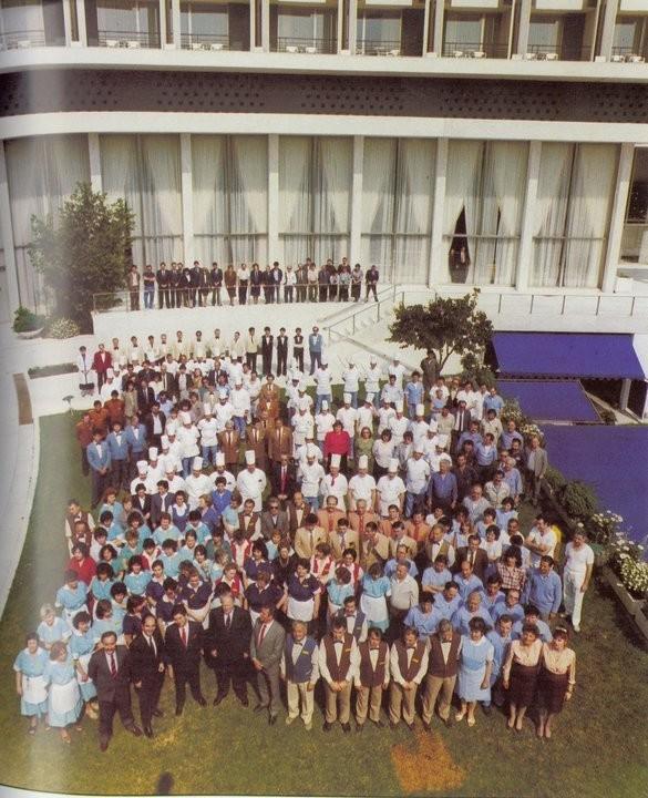 To προσωπικό του ξενοδοχείου το 1983.