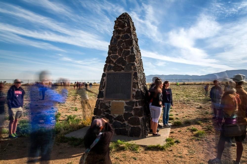 Τουρίστες επισκέπτονται την τοποθεσία δοκιμών Trinity, στο White Sands Missile Range, λίγο έξω από το San Antonio στο Νέο Μεξικό. Στις 16 Ιουλίου του 1945, επιστήμονες που δούλευαν στο πλαίσιο του Manhattan Project πυροδότησαν εδώ τη πρώτη ατομική βόμβα του κόσμου. Το Department of Defence επιτρέπει στο κοινό να επισκέπτεται τον χώρο μόλις δύο ημέρες τον χρόνο.