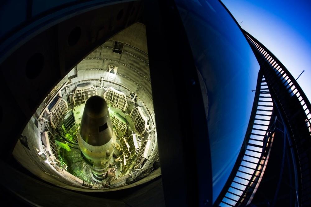 Ένας παροπλισμένος διηπειρωτικός βαλλιστικός πύραυλος «κάθεται» σε ένα υπόγειο σιλό στο Titan Missile Museum, στην Sahuarita της Αριζόνα. Κατά τη διάρκεια του Ψυχρού Πολέμου, οι πύραυλοι Titan II ήταν οπλισμένοι με μια πυρηνική κεφαλή 9 μεγατόνων και ήταν τοποθετημένοι στην Aριζόνα, στο Αρκάνσας και στο Κάνσας και ήταν σε κατάσταση μόνιμης επιφυλακής. Αυτή η τοποθεσία είναι μόνη εναπομείνασα εγκατάσταση εκτόξευσης Titan II.