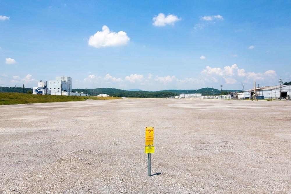 To αποτύπωμα του παλαιού κτιρίου Κ-25, το οποίο εμπλούτιζε με ουράνιο τα πυρηνικά όπλα της Αμερικής, στο Oak Ridge του Τενεσί. Το κτίριο χτίστηκε κατά την διάρκεια του Manhattan Project και κάποτε αποτελούσε το μεγαλύτερο κτίριο του κόσμου, με 12.000 υπαλλήλους να δουλεύουν μέσα σε αυτό. Ουράνιο το οποίο εμπλουτίστηκε, στην εν λόγω εγκατάσταση, ήταν και αυτό που χρησιμοποιήθηκε στην ατομική βόμβα που έπεσε στην Χιροσίμα της Ιαπωνίας. Το Department of Energy ολοκλήρωσε ένα πενταετές πλάνο κατεδάφισης της εγκατάστασης το 2014.