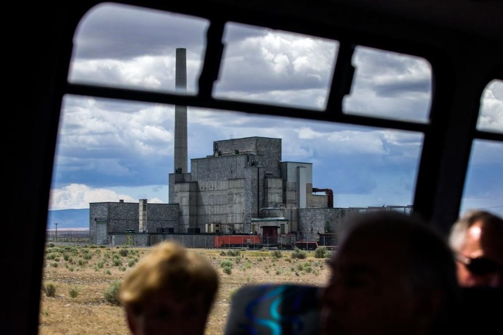 Ο πρώτος πλήρης πυρηνικός αντιδραστήρας, ο περίφημος αντιδραστήρας Β, όπως διακρίνεται από το παράθυρο ενός λεωφορείου, στο πλαίσιο μιας εκδρομής στην εγκατάσταση του Hanford. Ο αντιδραστήρας B, ο οποίος κατασκευάστηκε με πλήρη μυστικότητα μεταξύ 1943 και 1944 και παρήγαγε το πλουτώνιο που χρησιμοποιήθηκε στην ατομική βόμβα Fat Man που έπεσε στο Ναγκασάκι της Ιαπωνίας, θα γίνει και αυτός κομμάτι του Manhattan Project National Historical Park.