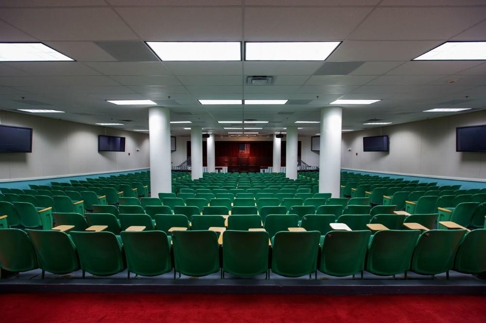 Το δωμάτιο που θα λειτουργούσε ως η Βουλή των Αντιπροσώπων σε περίπτωση πυρηνικού πολέμου, όπως αυτό βρίσκεται σε ένα πυρηνικό καταφύγιο (που κάποτε ήταν μυστικό) το οποίο είχε κατασκευαστεί για τα μέλη του Κογκρέσου στο Greenbrier, ένα θέρετρο τεσσάρων αστέρων στο White Sulphur Springs της Δυτικής Βιρτζίνια.