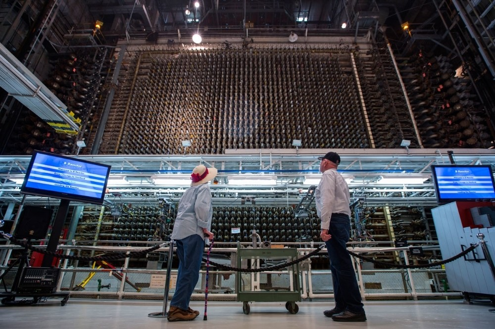 Επισκέπτες κοιτάζουν τον πυρήνα του ιστορικού αντιδραστήρα Β στο Hanford.