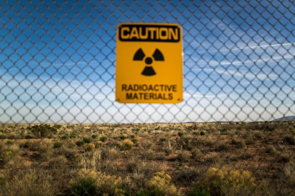 Μια προειδοποιητική πινακίδα που κρέμεται στην περίφραξη της τοποθεσίας δοκιμών Trinity.