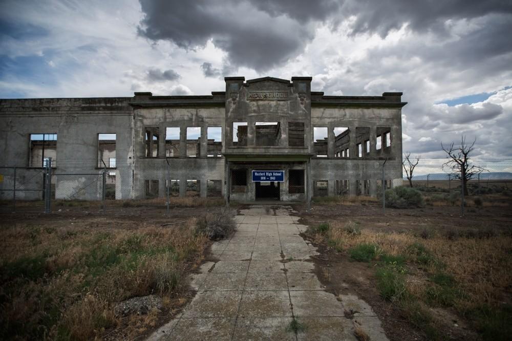 Τα απομεινάρια του Hanford High School, τα οποία θα γίνουν κομμάτι του Manhattan Project National Historical Park, όπως φαίνονται στην εγκατάσταση του Hanford. Το 1943, η Αμερικάνικη κυβέρνηση απέκτησε την τεράστια αυτή έκταση, ενεργοποιώντας την μετεγκατάσταση 1500 ατόμων από τρεις μικρές πόλεις.