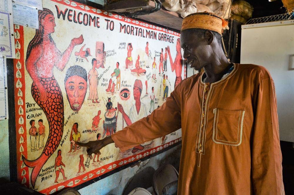 Ένας θεραπευτής, γνωστός και ως Dr Mortal Man Garage, δείχνει τον τοίχο της θεραπείας.