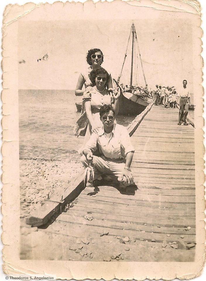 """Το θρυλικό καράβι """"Τρεις φίλοι"""" ήταν το πρώτο που πέρα από φορτία μετέφερε και τουρίστες από την Αλεξανδρούπολη στη Σαμοθράκη από το 1964-1968. Θεωρήθηκε τότε μεγάλη εξέλιξη για το νησί. Μετά ήρθε το «Σαμοθράκη» το οποίο έπαιρνε και δυο-τρία μικρά αυτοκίνητα."""