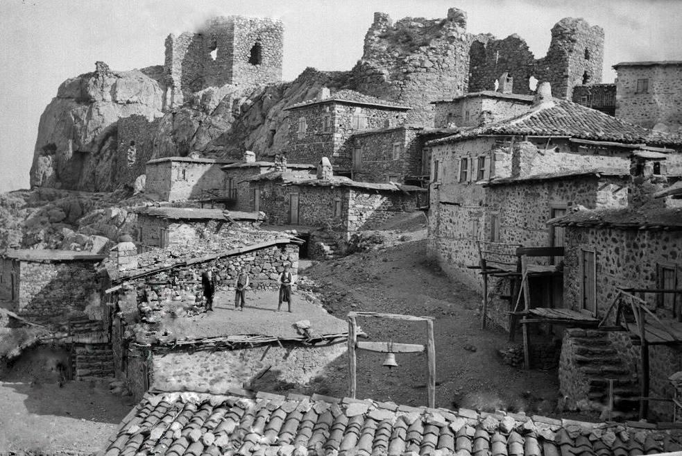 Η Χώρα ή Σαμοθράκη αποτελεί την πρωτεύουσα του νησιού. Από τα αξιοθέατα της ξεχωρίζουν τα ερείπια του γενοβέζικου κάστρου των Γατελούζων, η εκκλησία της Κοιμήσεως της Θεοτόκου στην οποία φυλάσσονται μοναδικές βυζαντινές εικόνες και το μικρό εκκλησάκι του Αγίου Νικολάου.
