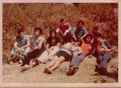 Και εγένετο χρώμα και 70s. «Παναγιά του Μάνταλου. Καλοκαίρι 1971. Η Αγγέλα ήταν ερωτευμένη με το Γιάννη και τελικά παντρεύτηκαν. Εκεί πάνω τηγανίσαμε πατάτες, είχαμε πάρει και ντομάτες από το περιβόλι και λίγο τυρί. Άρχοντες!».