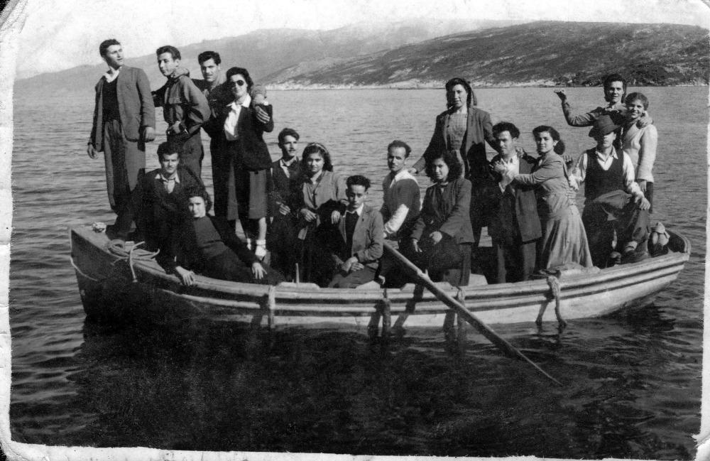 Βαρκάδα στον Αρμενιστή το 1946. Σήμερα, όταν φυσάει η Ικαρία είναι η χαρά των surfers μιας και φημίζεται για τα καλά της κύματα.