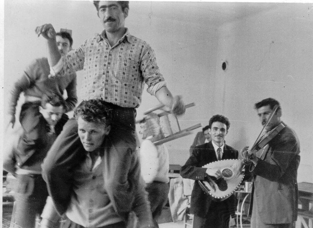Το νησί έχει γράψει τη δική του ιστορία στο ελεύθερο κάμπινγκ. Πριν 30 χρόνια ερχόντουσαν πολλοί ξένοι φοιτητές και κατασκήνωναν για μήνες και η φήμη της Ικαρίας κυκλοφορούσε από στόμα σε στόμα.