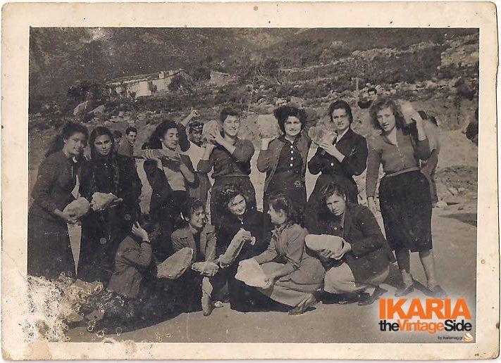 Αρχές δεκαετίας του '50 και οι μαθήτριες του Γυμνασίου Ικαρίας μεταφέρουν πέτρες για να κατασκευαστεί το γήπεδο ποδοσφαίρου για τα αγόρια στον Άγιο Κήρυκο.